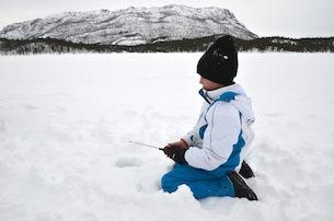 Alta-Norvegia-Finnmark-escursione-con-pesca-sul-lago-ghiacciato2