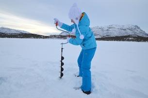 Alta-Norvegia-Finnmark-escursione-con-pesca-sul-lago-ghiacciatook
