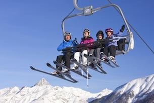 ENGADIN ST. MORITZ: Familie auf der kindersicheren Sesselbahn im Skigebiet Zuoz