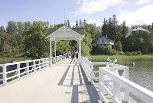 Finlandia-visitfinland-Seurasaari_bridge_654