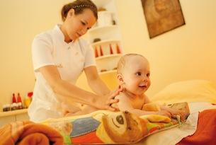 carinzia-trebesing-babyhotel-Babymassage3