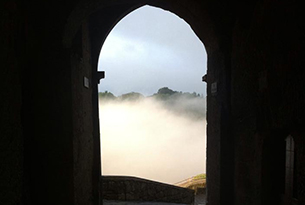 Civita di Bagnoregio con bambini, nebbia alla porta