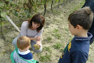 piemonte-langhe-visita-alla-cantina-cadia-bambini