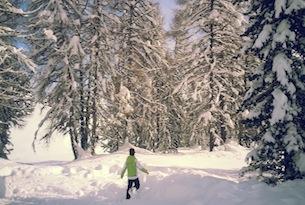 trentino-val-di-fassa-sentiero delle leggende Bimbo nel bosco